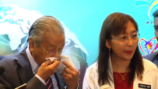 记者会上突然流鼻血 94岁的马来西亚总总理马哈蒂尔健康受关注