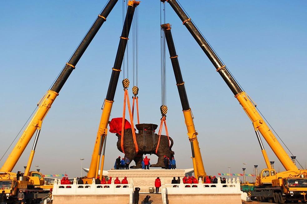 我国造最牛起重机,连德国都服了,直接吊起2000辆宝马