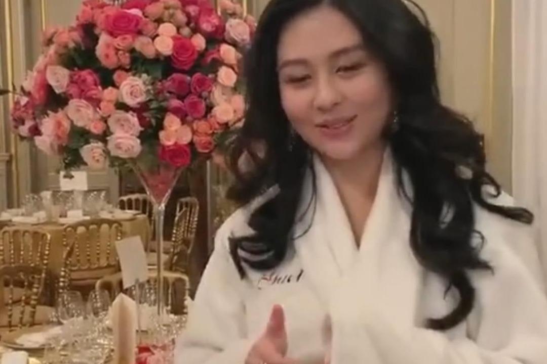 邱淑贞女儿出席巴黎名媛舞会,用标准普通话自我介绍很可爱