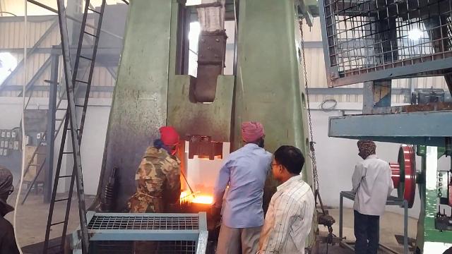 印度工厂实拍,一锤子下去上万斤,跟国内的锻造工艺差距大吗?