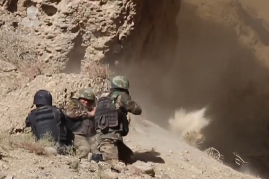 官方公布新疆反恐前沿纪录片:暴徒欲引爆炸弹,武警堵在山口全歼