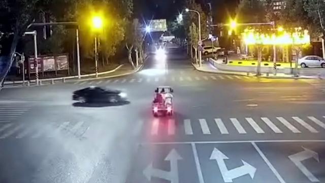 监拍:宾利三轮都要直行过路口却互不相让 路口中间车头车尾相撞
