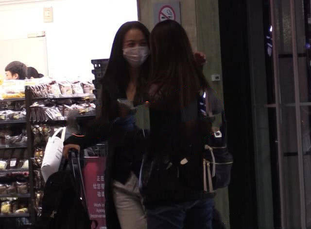 41岁汤唯素颜近照曝光,戴着口罩独自现身机场,与粉丝开心热聊