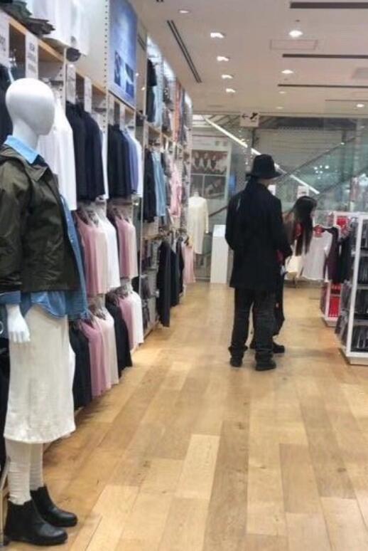 向佐和郭碧婷东京逛街购物,商场内尽显甜蜜大秀恩爱
