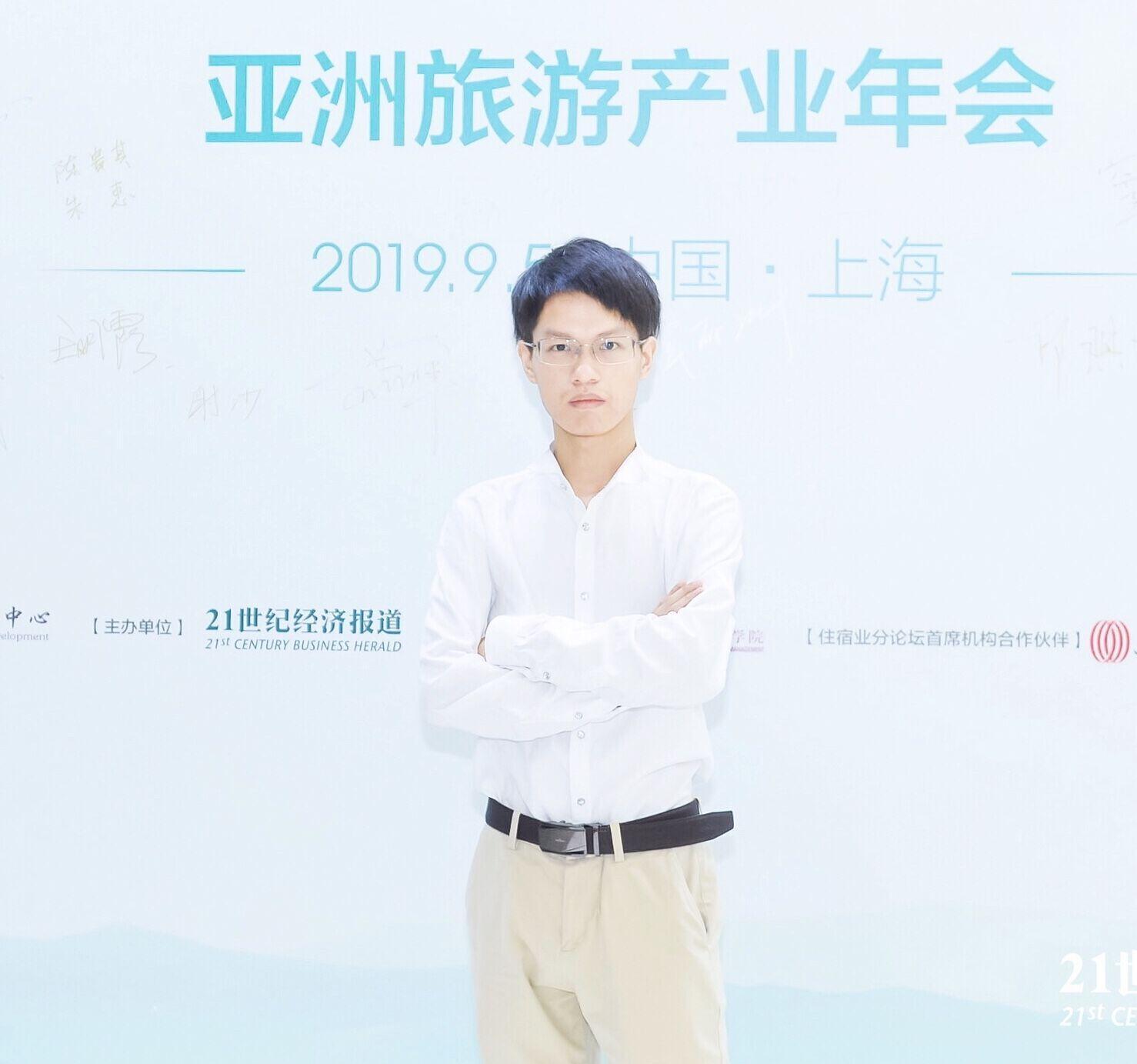 中国正能量ceoalan高度赞扬的新生代艺人艾微微最新时尚美图出炉图片