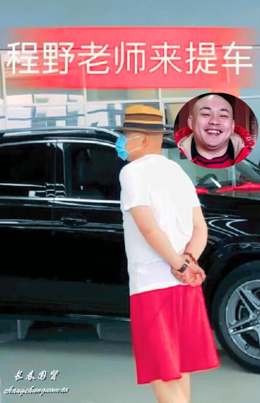赵本山弟子现身4S店购百万豪车,打扮时尚显眼,身边有助理陪同