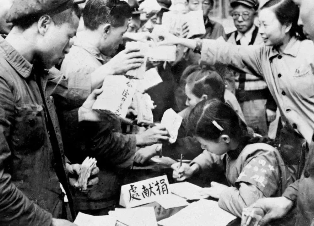 全国各地工商界踊跃捐献款项,支援志愿军。这是重庆市工商业者捐献的情形。