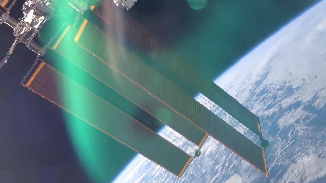透过国际空间站的窗户,宇航员看见了地球