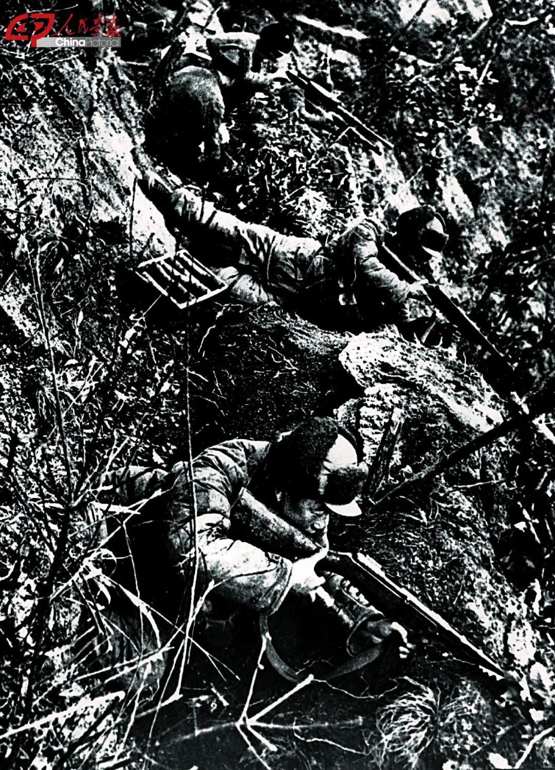 志愿军战士坚守在上甘岭阵地上。 图片来源:人民画报