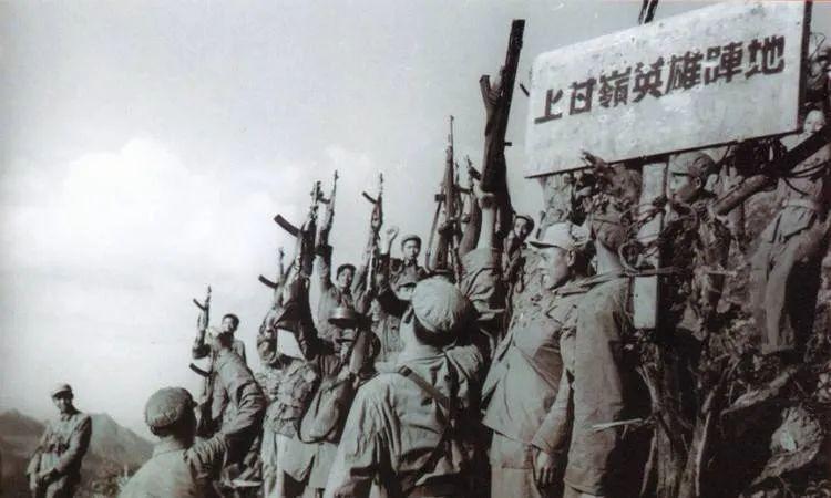 志愿军庆祝上甘岭战役的胜利。