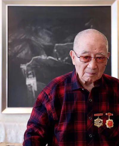 李宏垠入朝作战前照片和现在照片。