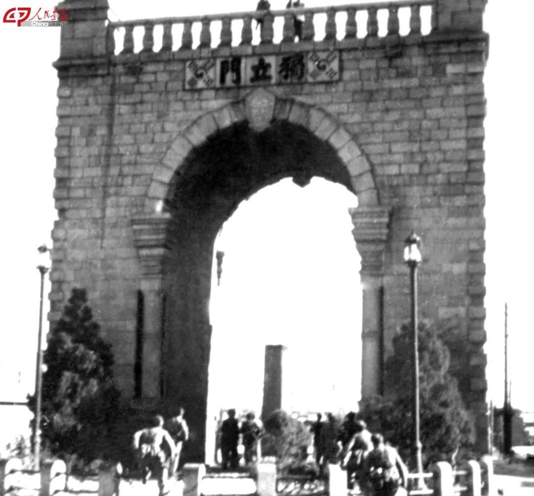 1951年1月4日,中国人民志愿军攻入汉城独立门。 图片来源:人民画报