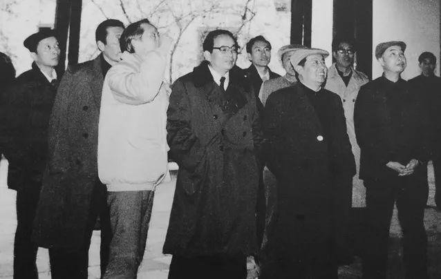 1986年12月24日,田纪云(前排左二在湖南长沙参观岳麓书院)