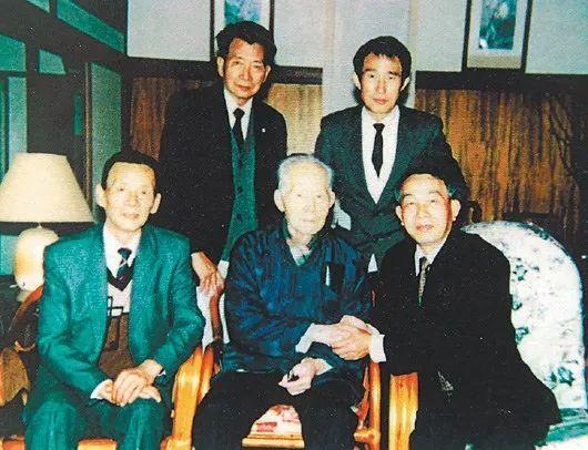1990年,郑锦玉(前右)返台探视孙立人(中)