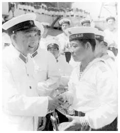 海军司令萧劲光大将(左)