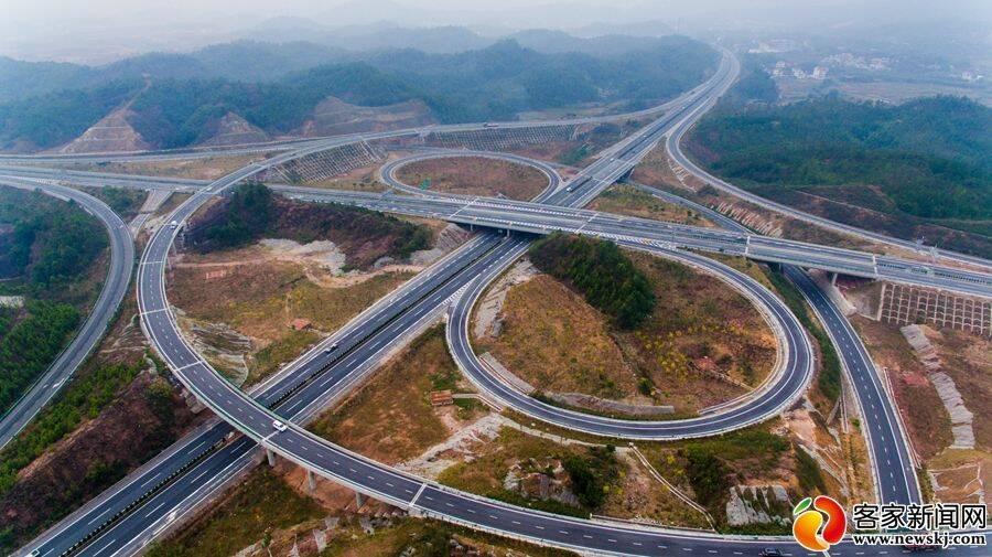 航拍:壮丽赣州高速公路穿行碧水青山
