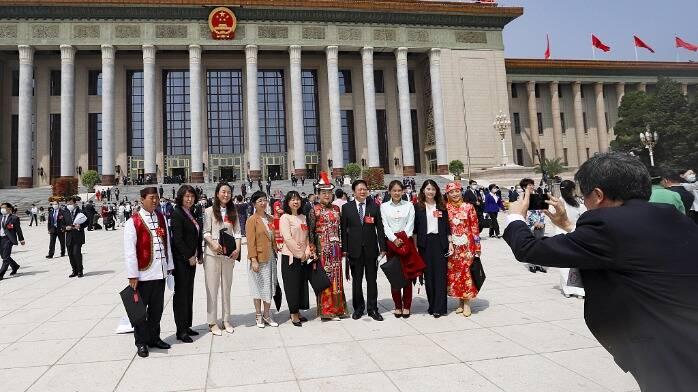十三届全国人大三次会议在京开幕 人大代表合影留念