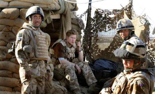 廓尔喀雇佣兵_这张照片为你解答,身边这几位带刀侍卫,都是尼泊尔廓尔喀雇佣兵,黄色
