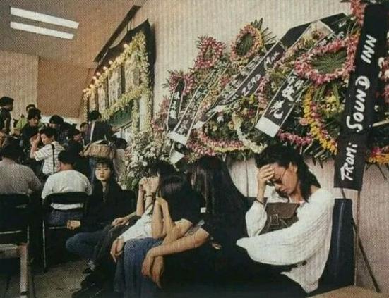 黄家驹葬礼的明星_黄家驹葬礼现场,出殡当日香港万人空巷,墓碑上两段话