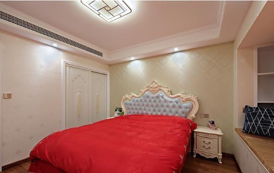 主卧装的跟婚房一样,,打了简单的吊顶,欧式风格的床铺图片