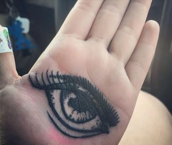 网友分享手心上的纹身,每张看着都很另类