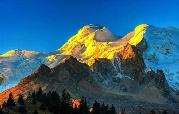 青藏之心,格聂仙境:雪岭簇聚,壑原驰张