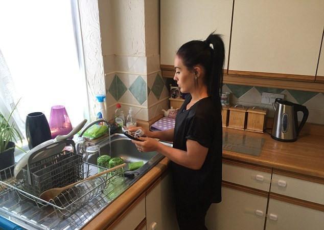 由于没有保姆,女主人得自己做饭洗衣,过去有专人伺候全家.