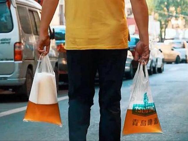 青岛人为什么要把散啤酒装进塑料袋中,再带回家!