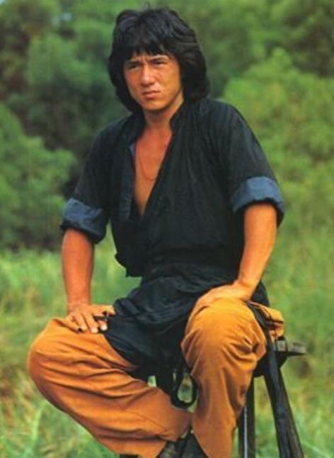当年成龙出演醉拳时的照片,那时候的他留着经典发型图片