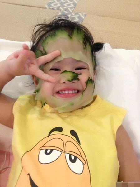新表情包?包贝尔晒女儿敷黄瓜面膜照片图片