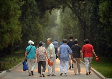万喆:人口老龄化,应该养儿还是养老?
