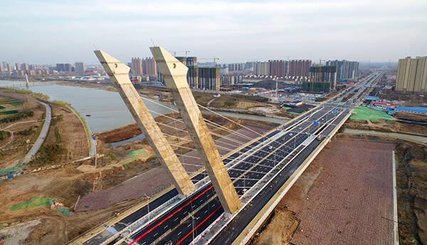 郑州亿元大桥未验收就通车:超限车辆随便开 已大面积破损