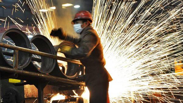 """全球钢铁股""""枯木逢春"""":6年来表现最强 得感谢中国需求"""