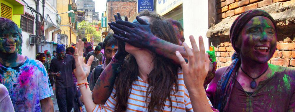 印度洒红节狂欢  外国美女却在街头悲惨遭遇