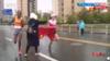 苏州马拉松争议一幕!中国选手冲刺争冠,志愿者递国旗干扰