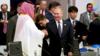 普京与沙特王储G20热情互动:击掌,握手,开心大笑