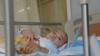 3岁男孩因移植手术失败腹部开洞排便,小伙伴:太臭了,别过来!
