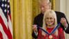 特朗普为赌场巨头之妻颁受勋章