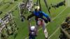 男子玩滑翔翼未系安全扣 空中悬挂2分钟