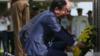 安倍访澳悼念被日军轰炸死难者:澳总理下跪 安倍下蹲