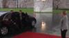 英国首相会见默克尔 下车时被锁车里