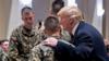 特朗普与士兵勾肩搭背