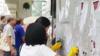 """实力""""撑警""""!香港青年自发快闪清洁暴徒涂鸦  警方:多谢你们"""