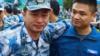 致敬!驻港部队军官轮换离港 战士们饱含热泪依依惜别 令人泪目