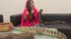 巴基斯坦女歌手耍蛇恐吓印度总理,结果摊上官司