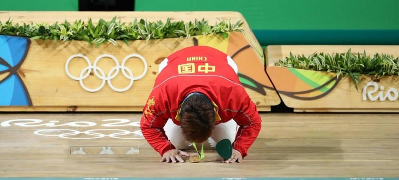 女举孟苏平逆转夺冠 行跪拜礼表示感谢