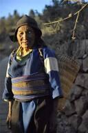 火草采回来以后,就交给能干的白依人妇女,搓成绳子,纺线,织布.