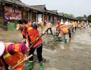 洪水围困阆中30小时后消退 古城千人为灾民和街面清淤