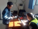 男子车未年审被罚 吐露家中病困后警察帮他交罚款