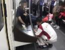 父亲地铁上呕吐,他先擦父亲再擦车厢后擦自己…